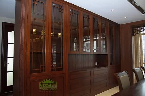 木之屋家具(微信号:woodhouse100):百分百全实木家具定制、免费量尺、免费设计、终身维护!家具款式可设计,尺寸可变化,颜色可选择,预算可高可低。 实木家具是指纯实木家具,即指所有材料都是未经再次加工的天然材料,不使用任何人造板制成的家具。实木家具有纯实木家具和仿实木家具的区别。纯实木家具就是说家具的所有用材都是实木,包括桌面、衣柜的门板、侧板等均用纯实木制成,不使用其他任何形式的人造板。仿实木家具际上是实木和人造板混用的家具。 纯实木家具 家具的所有用料都是实木,包括桌面、衣柜的门板、侧板等均采
