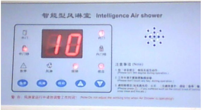 一、概述 风淋室控制器具有门磁监测,门锁、照明灯、送风机自动控制以及中文语音提示功能,面板上有指示灯和数码管标示风淋室的各个状态以及时间,可以设定风淋吹淋时间长短,以及吹淋后暂停时间长短。风淋过程中可以按紧急停止键中断吹淋,也可以在任何时候手动按键启动风淋。 1.输入接点 a.供电电源:AC220V b.进出门开关:门磁开关(关门:闭合,开门:断开) c.红外线感应开关:无源接点(无人:断开,有人:闭合) 2.输出接点 a.外门电锁:DC12V 850mA b.内门电锁:DC12V 850mA c.风机