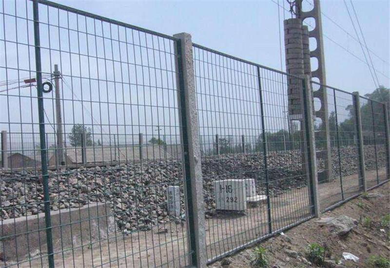 结构:立柱分为镀锌钢管,桃型柱,燕尾柱以及c型钢等,网片分为包塑
