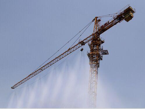 产品描述:  工作原理:  塔吊高空喷淋降尘系统由蓄水池,水泵一体主机